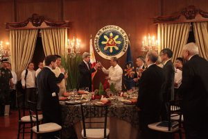 US Secy. of State Kerry toasts Philippine Pres. Benigno Aquino Image by US Office of Pres., public domain.